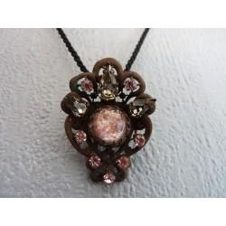 Superbe pendentif en cuivre vieilli orné de cristaux de Swarovski roses
