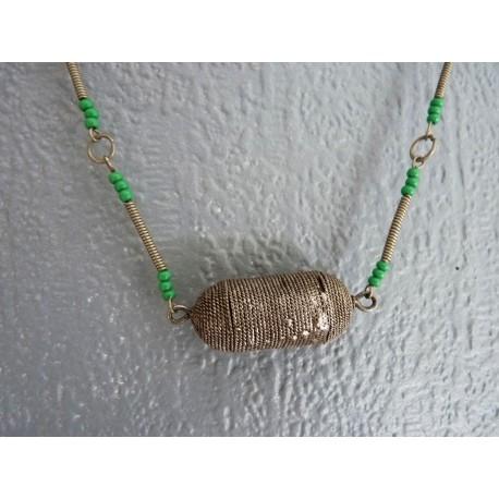 Ancien collier ethnique en métal et perles de verre vertes