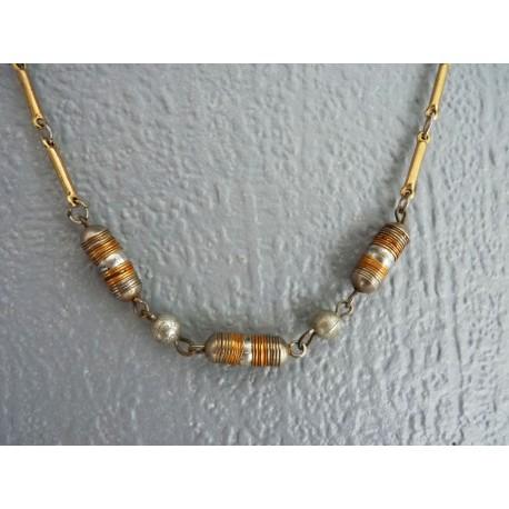 Collier ras de cou en perles et chaine métal doré et argenté