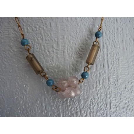 Ras de cou monté sur chaine dorée avec perles grises et bleues