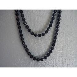Long sautoir en perles de verre facettées bleu marine
