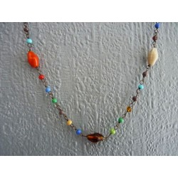Petit collier de perles de verre multicolores