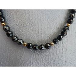 Collier ras de cou en perles facettées de verre noir irisé