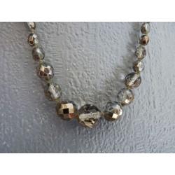 Ancien collier de perles de verre facetté irrisé