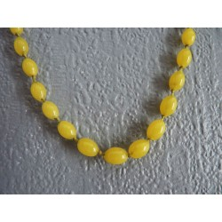 Collier vintage de perles olives en verre jaune