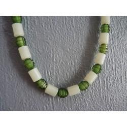 Sautoir de perles en plastique vert et blanc