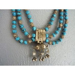 Collier plastron de perles bleues et métal