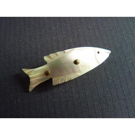 Ancienne broche poisson en nacre sculptée