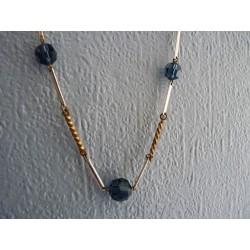 Collier en perles facetées de verre bleu et baguettes de métal