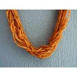 Long collier multirangs en perles de rocaille orange