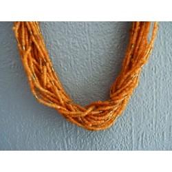 Long collier multirangs en perles de rocaille orange