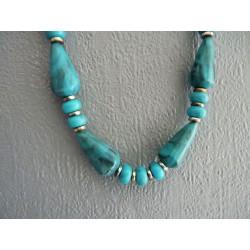 Collier en résine plastique bleu turquoise marbré