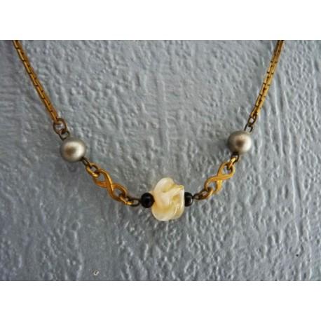 Petit collier ras de cou en métal avec une perle fleur en verre